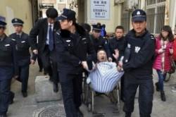 بیرون انداختن بیمار از بیمارستان با کمک پلیس +عکس
