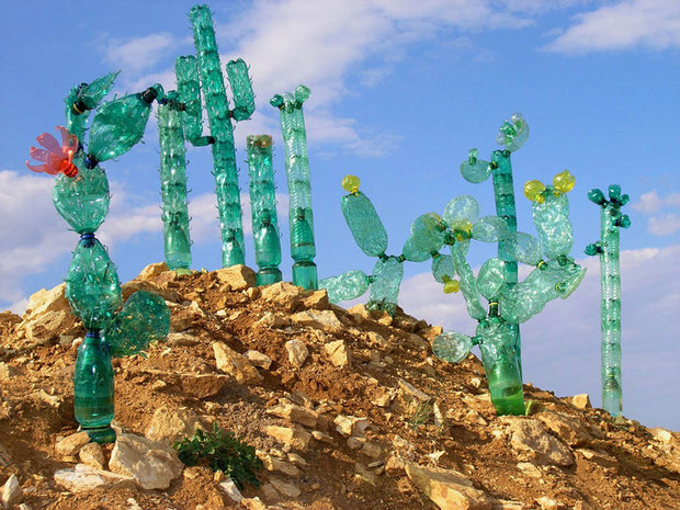 plastic-bottle-sculpture-recycle-art-veronika-richterova-13.jpg