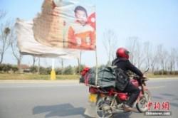مردی که ۱۸ سال است با موتور دنبال پسر گمشدهاش میگردد+عکس