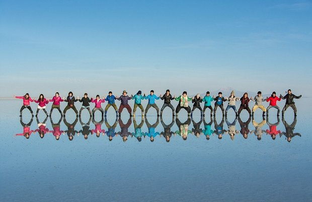 در این شهر می توانید روی آب راه بروید!-Colourful_doppelgangers_Tourists_clad_in_vibrant_clothing_pose_t-a-21_1438596816670.jpg