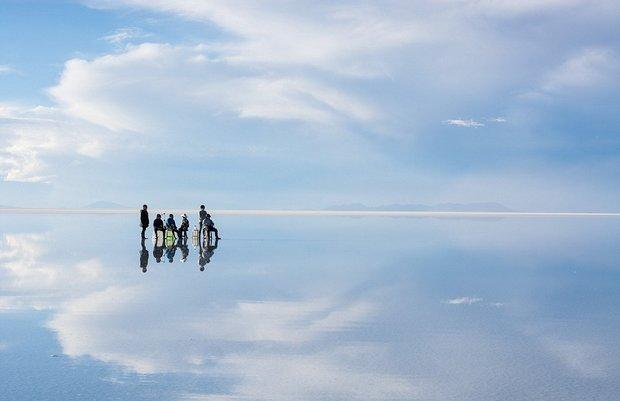 در این شهر می توانید روی آب راه بروید!-Gravity_defying_A_group_of_tourists_appear_to_float_as_they_rela-a-19_1438596793702.jpg
