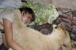 زندگی دختر جوان با شیر ماده+عکس