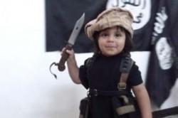 تربیت کودک 2 ساله داعشی برای جلاد شدن!+عکس