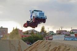 رکورد عجیب پرش با کامیون+عکس