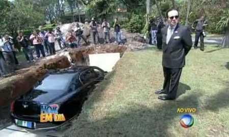 دفن اتومبیل بنتلی از سوی یک ثروتمند برزیلی