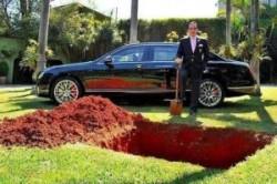 دفن اتومبیل نیم میلیون دلاری از سوی یک ثروتمند برزیلی + عکس