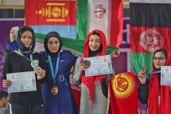 حجاب ورزشکار زن خارجی روی سکوی قهرمانی + عکس