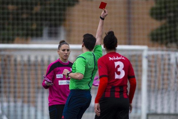 پیشنهاد بیشرمانه داور مرد به فوتبالیست زن
