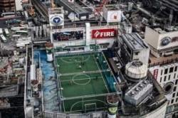 زمین فوتبالی بر روی سقف آسمانخراش!+عکس