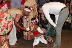 لگد کودک هندی به پای عروس ملکه انگلیس + عکس