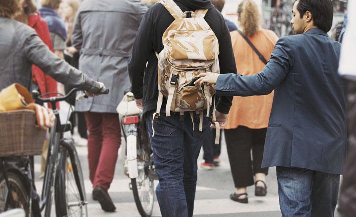 حقه های افراد محلی برای گول زدن گردشگرها,Pickpocket_Travel