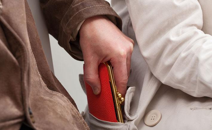حقه های افراد محلی برای گول زدن گردشگرها,pick-pocket-Red
