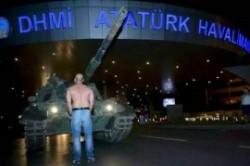 مردی که تانک کودتاچی ها را متوقف کرد + عکس