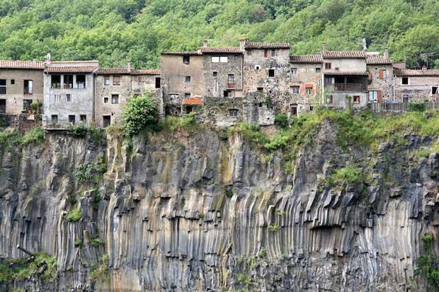 زیباترین شهرهای اسپانیا castellfollit_de_la_roca