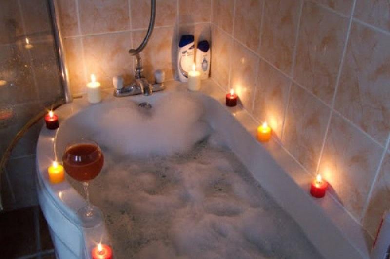 چه موادی را به وان حمام خود اضافه کنیم؟ ۱۴ ماده شگفت انگیز برای یک حمام آرامبخش