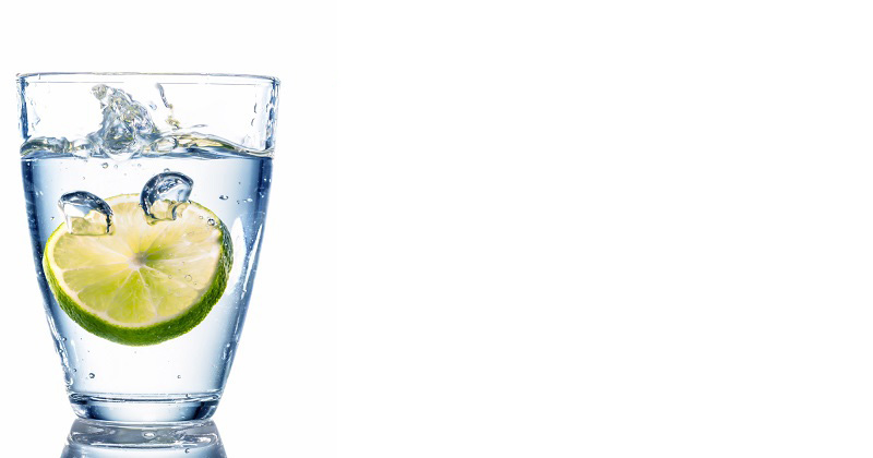 drinking-lemon-and-water خاصیت آب و لیمو ترش صبحونه