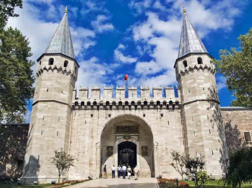 palace-entrance
