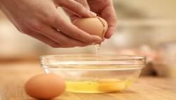 آیا مصرف تخم مرغ خام سالم است؟
