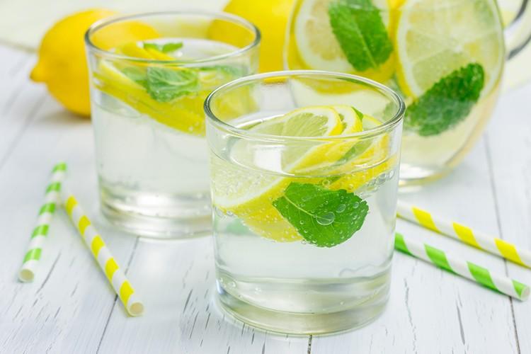 Morning-Lemon-Mint-Detox-Waterنوشیدن آب و لیمو ناشتا صبح