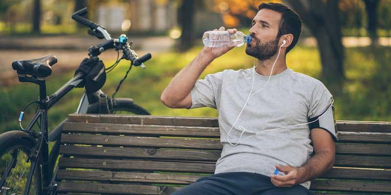 Athlete drinking water روشهای راحت لاغری