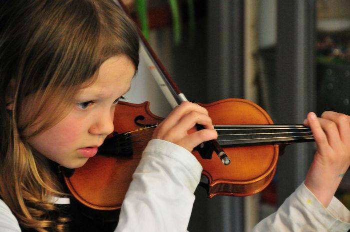 girl_playing_violinاثر موسیقی بر مغز انسان