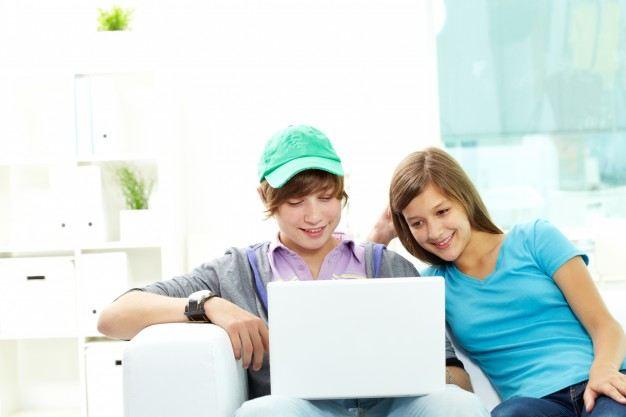 classmates-studying-at-home زمان استفاده فرزندان از لوازم الکترونیک