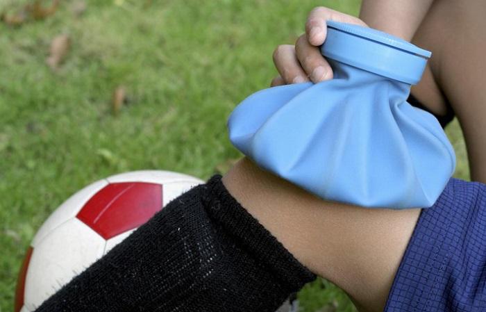 کیسه آب گرم یا یخ درمانیice treating an injury