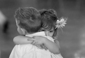 بغل کردن two-children-hugging