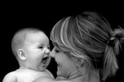 ژست عکس مادر و نوزاد در عکاسی