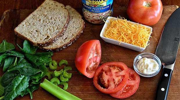 ساندویچ لوبیا سفید با پنیرچدار و اسفناج