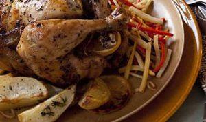 مرغ سرخ شده همراه با لیمو و مریم گلی