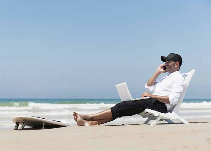 کسب درآمد آنلاین به راحتی نشستن لب ساحل
