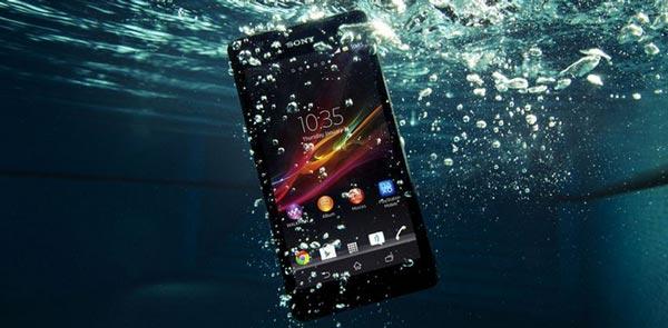 موبایل در آب