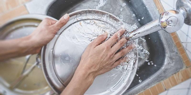 انواع ترفندهای خانگی و شیمیایی برای شستن ظروف سوخته